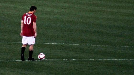 compie gli anni Francesco Totti: leggenda della Romam marito di Ilary Blasi