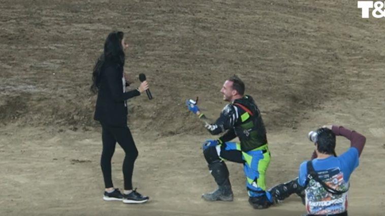 Durante una gara di motocross Jeremy Durst finge incidente per proposta di matrimonio